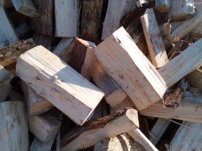 palivové dřevo smrk ŘEZANÉ 33cm štípané (12,5 MJ/kg)